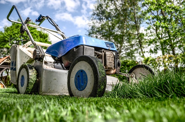 Clean your lawnmower with a high pressure washer from Truck & Trailer